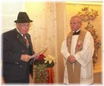 Bild Vorsitzender Adolf (Waggi) Rehm und Pfarrer Franz Sand